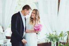 Couples dans l'amour dans un café riant et étreignant Images stock