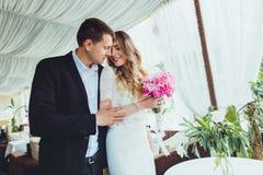 Couples dans l'amour dans un café riant et étreignant Photos libres de droits