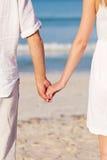 Couples dans l'amour de pair sur la plage en été Images libres de droits