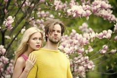 Couples dans l'amour Couples de tendresse, jardin de magnolia de fleur au printemps Photographie stock