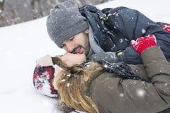 Couples dans l'amour dehors un jour d'hiver Image libre de droits