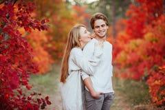 Couples dans l'amour dans des feuilles d'automne images stock