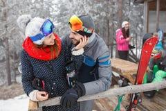 Couples dans l'amour des vacances d'hiver Photos libres de droits
