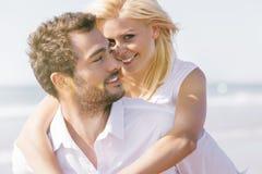 Couples dans l'amour des vacances de plage d'été Photo stock