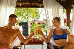 Couples dans l'amour des vacances romantiques avec des cocktails à la station thermale Photo libre de droits