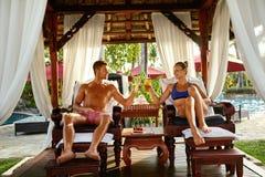 Couples dans l'amour des vacances romantiques avec des cocktails à la station thermale Photo stock