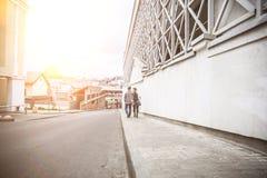 Couples dans l'amour descendant la rue d'une ville moderne Images libres de droits