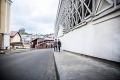 Couples dans l'amour descendant la rue d'une ville moderne Photographie stock