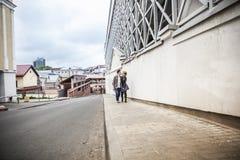 Couples dans l'amour descendant la rue d'une ville moderne Photos libres de droits