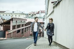 Couples dans l'amour descendant la rue d'une ville moderne Photo stock