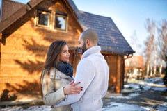 Couples dans l'amour devant la maison de montagne Image stock