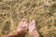 Couples dans l'amour du côté de mer Fermez-vous vers le haut de l'image de jambes photos stock