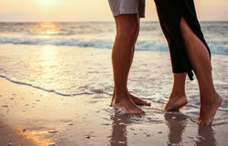Couples dans l'amour du côté de mer de lever de soleil Photos libres de droits