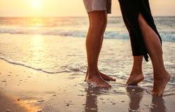Couples dans l'amour du côté de mer de lever de soleil Images stock