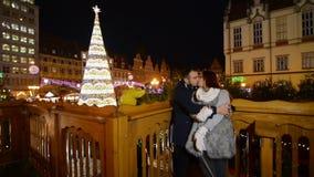 Couples dans l'amour embrassant dehors L'arbre de Noël est sur le fond Concept de Joyeux Noël et de bonne année clips vidéos