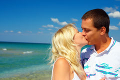 Couples dans l'amour embrassant sur la plage Images libres de droits
