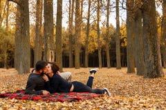 Couples dans l'amour embrassant sur une couverture Photo libre de droits