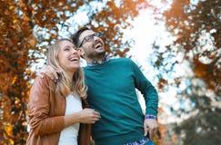 Couples dans l'amour en automne Photographie stock