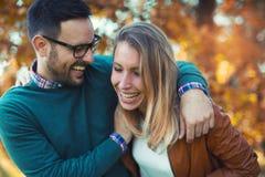 Couples dans l'amour en automne Images libres de droits