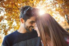 Couples dans l'amour en automne Photos libres de droits