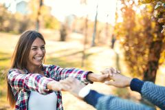 Couples dans l'amour en automne Image libre de droits