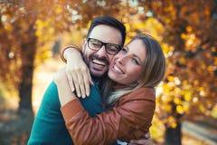 Couples dans l'amour en automne Photo stock