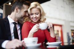 Couples dans l'amour en café Image stock