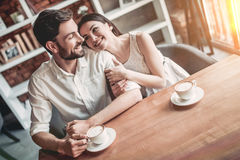 Couples dans l'amour en café Photo stock