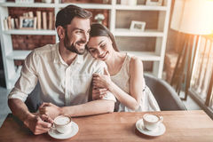 Couples dans l'amour en café Photos stock