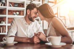 Couples dans l'amour en café Photographie stock libre de droits