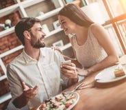 Couples dans l'amour en café photo libre de droits