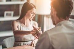 Couples dans l'amour en café photos libres de droits