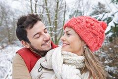 Couples dans l'amour en hiver Photo libre de droits