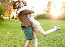 Couples dans l'amour en nature étreignant avec des fleurs sur le ` s de St Valentine Image stock