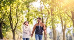 Couples dans l'amour en nature d'automne sur une promenade Photographie stock libre de droits