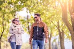 Couples dans l'amour en nature d'automne sur une promenade Photos libres de droits
