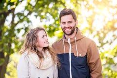 Couples dans l'amour en nature d'automne sur une promenade Image stock