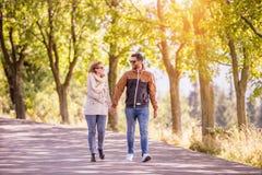 Couples dans l'amour en nature d'automne sur une promenade Photo stock