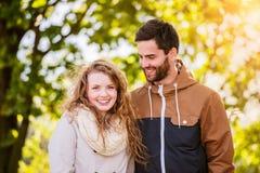 Couples dans l'amour en nature d'automne sur une promenade Images stock