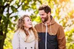Couples dans l'amour en nature d'automne sur une promenade Photographie stock