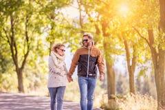 Couples dans l'amour en nature d'automne sur une promenade Images libres de droits