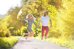 Couples dans l'amour en parc Images libres de droits