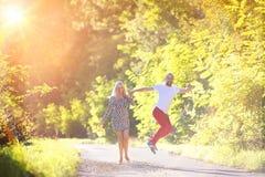Couples dans l'amour en parc Photographie stock libre de droits