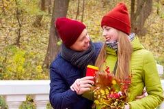 Couples dans l'amour en parc en automne Images libres de droits