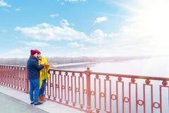 Couples dans l'amour en parc en automne Image stock