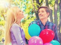 Couples dans l'amour en parc d'été Image libre de droits
