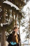 Couples dans l'amour en parc ensoleillé d'hiver Photos stock