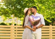 Couples dans l'amour en parc, style américain Image libre de droits