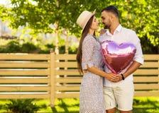 Couples dans l'amour en parc, style américain Photo libre de droits