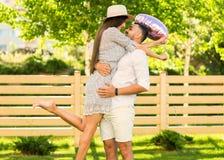 Couples dans l'amour en parc, style américain Images libres de droits